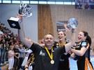 Trenér mosteckých házenkářek Dušan Poloz s trofejí za výhru ve Vyzývacím poháru.
