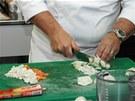 Nakrájejte kořenovou zeleninu a cibuli.