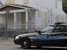Policejní patrola hlídá zapečetěný dům Ariela Castra v Clevelandu (14. května