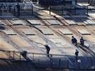 Dělníci pracují na vyproštění lodi Costa Concordia u toskánských břehů (14.