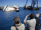 Ze ztroskotan� lodi se stala atrakce pro turisty.
