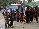 Lidé v Bangladéši prchají před cyklonem do bezpečí.
