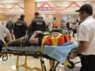 Z�chran��i p�en�ej� na nos�tk�ch zran�n�ho mu�ena ambulanci v Granbury. Texas