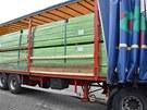 Celníci odhalili cigarety značky JIN LING v kamionu, který vezl dřevěné hranoly