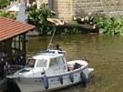 Hasiči likvidují osmimetrovou větev, která spadla do restaurační zahrádky na