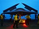 Technici p�ipravuj� bezpilotn� letoun X-47B na pa�lub� letadlov� lodi USS...
