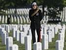 Princ Harry během návštěvy USA navštívil hřbitov Arlington ve Virginii,  kde