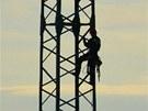 Policisté a hasiči zachraňovali muže sedícího na stožáru vysokého napětí ve
