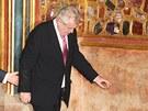Prezident Miloš Zeman vychází ze síně s korunovačními klenoty.