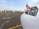 Z okénka pilotní kabiny mává kapitán letadla Ivan Janoušek.