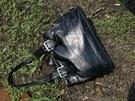 Ukradená kabelka, kterou pronásledovaní pachatelé mrštili okýnkem vozu za