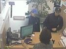 Mladý pár do banky na Havlíčkově náměstí vkročil s cílem odnést si lup v úterý