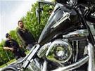 Policie zadržela motorkáře, kteří zdemolovali osobní auto a ohrožovali řidiče