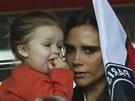 """""""HOLKY"""" NA TRIBUNĚ. Loučení svého manžela sledovala na tribuně i Victoria Beckhamová. Na zápas přišla celá rodina, dcerku Harper držela v náruči."""