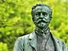 Replika sochy zakladatele lázní v Kyselce Heinricha Mattoniho zdobí park po