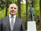 Generální ředitel Karlovarských minerálních vod Alessandro Pasquale u sochy