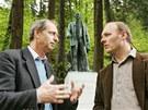 Vladimír Lažanský (vlevo) a Miroslav Perout z o.p.s. Lázně Kyselka u sochy