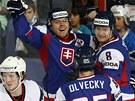 Slovenský útočník Martin Bartek (vlevo) se raduje se spoluhráči z gólu v duelu