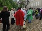 Zájemce o zhlédnutí korunovačních klenotů neodradil ani vytrvalý déšť.