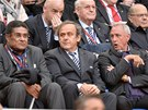 TŘI LEGENDY. Finále Evropské ligy sledují (zleva) Eusebio, Michel Platini a...