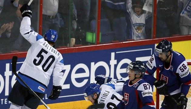 Juhamatti Aaltonen z Finska práv� p�ekonal slovenskou obranu.