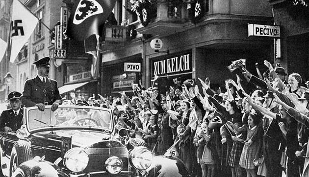 Triumfální jízda A. Hitlera zBerlína p�esReichenberg (Liberec) do Prahy,...