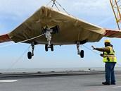 Nakládání bezpilotního letounu X-47B na palubu letadlové lodi George H. W. Bush