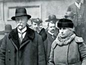Prezident T. G. Masaryk s chotí Charlottou opouštějí volební místnost v Praze....