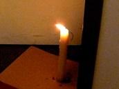 Dole se plamen ohne do teplejší místnosti.
