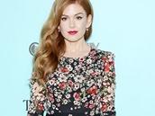 Herečka Isla Fisherová v květovaných šatech Dolce & Gabbana na premiéře filmu...