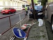�idi� osobn�ho automobilu narazil na Sokolsk� ulici do stromu. Z m�sta nehody