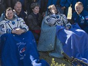 Zleva sedí Kana�an Chris Hadfield, Rus Roman Roman�nko a Ameri�an Tom