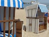 Na baltských plážích je občas větrno. Jednou z ikon ostrova jsou proto plážové