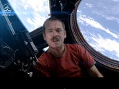 Kanadský astronaut Chris Hadfield ve videoklipu Space Oddity od Davida Bowieho,
