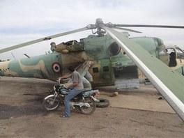 Poškozený vrtulník syrské armády na letišti v Taftanazu v provincii Idlíb (10.