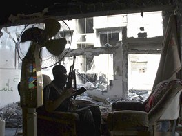 Syrský povstalec ve městě Dajr az-Zaur (10. května 2013)