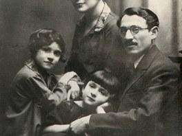 Rodina Gutinova ve 20. letech v Lodži. Alexandra uprostřed.