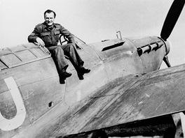 Zdeněk Škarvada na archivním snímku se svým letounem Hurricane