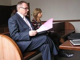 Vedouc� stavebn�ho ��adu Jan Marty��k s referentkou Alenou Orlivovou p�i
