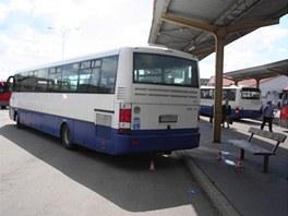 Řidič autobusu najel na šumperském autobusovém nádraží na ostrůvek. Muži, který