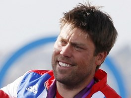 Britský jachtař Andrew Simpson.se stříbrnou olympijskou medailí z Londýna.