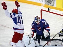 DALŠÍ PORÁŽKA. Slovenští hokejisté prohráli s Ruskem 1:3 a postup do čtvrtfinále už nemají ve vlastních rukou. Na snímku se raduje z branky Alexandr Radulov.