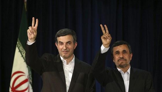Íránský prezident Mahmúd Ahmadinežád a jeho politický spojenec Esfandjár Rahí...