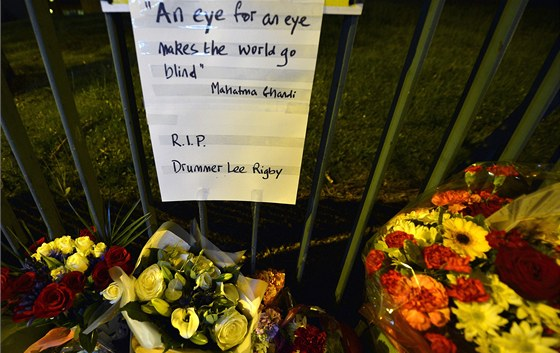V místě útoku se hromadí květiny těch, kteří přišli na Rigbyho zavzpomínat nebo jen vzdát tichý hold (24. května)
