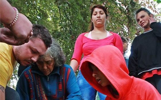 Řidič usmrtil v Sobotce dvě děti, které si hrály na trávníku před domem. (29.
