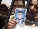Egyptští policisté protestují u zavřeného přechodu Rafah proti únosu svých