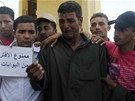 Příbuzní unesených policistů u zavřeného přechodu Rafah na Sinaji (18. května