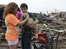 Drobná útěcha v troskách města zničeného tornádem (21. května 2013)