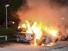 Hořící automobil na předměstí Stockholmu (21. května 2013)