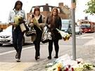 Obyvatelé Londýna přináší na místo vraždy květiny a vzkazy (22. května)